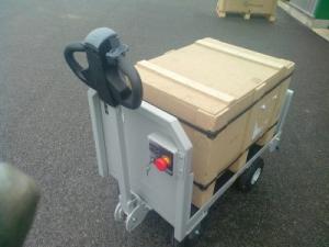 Chariot électrique transportant des cartons