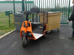 Tracteur électrique tirant un conteneur poubelle